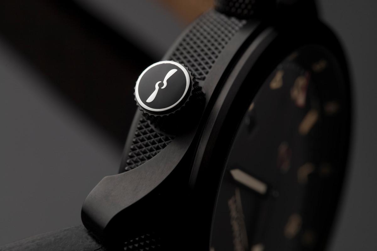 Корпус из алюминиевого корпуса получает свой черный цвет от специального процесса анодирования.